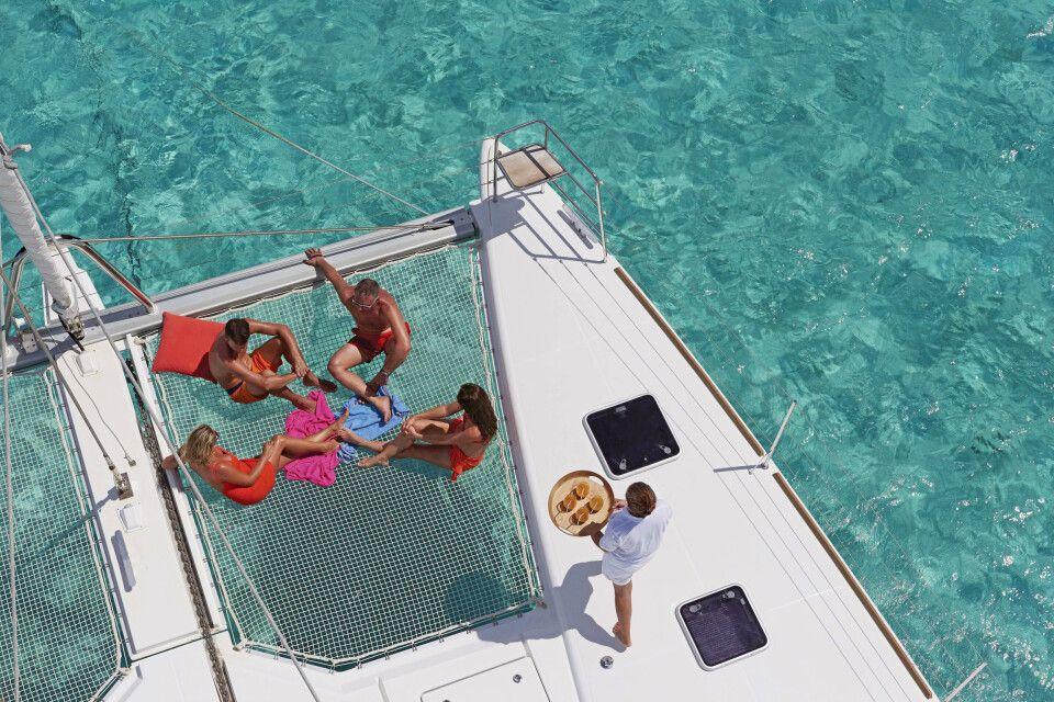 Sonnenbad an Deck – Katamaran Lagoon 620