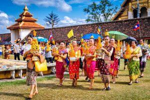That Luang Festival - Prozession mit Votivgaben