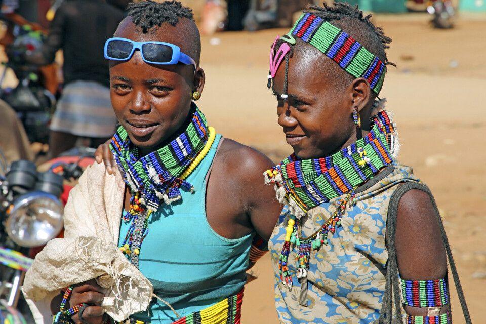 Junge Hamer-Mädchen auf dem Markt in Dimeka