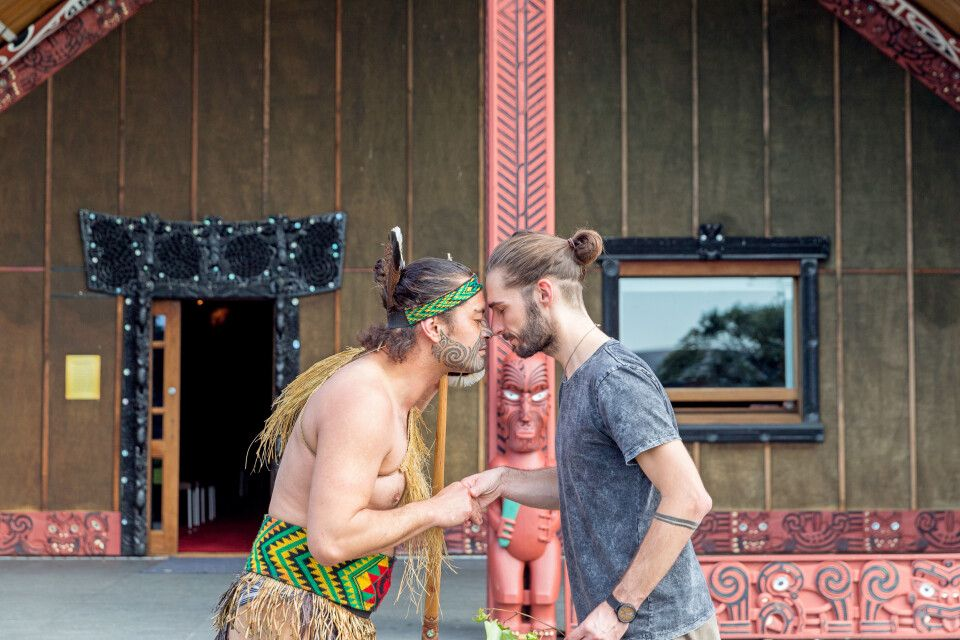 Michél Pretzsch beim Hongi an Mataatua