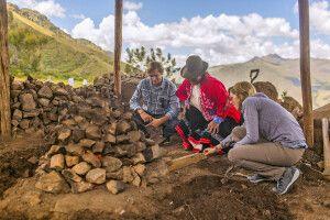 Gemeinsame Zubereitung einer Pachamanca auf dem Lares Trek