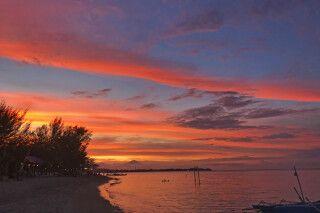 Sonnenuntergang auf Gili Air mit Blick auf Bali und den Vulkan Agung