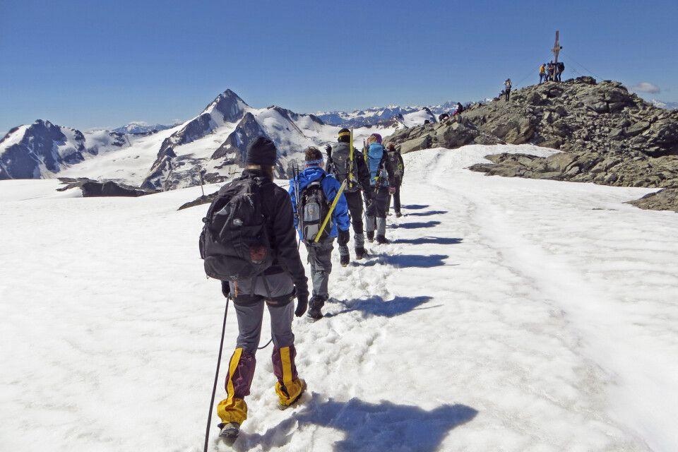 In Seilschaft die letzten Meter zum Gipfelkreuz