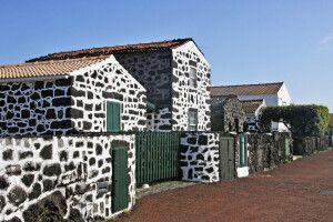 Typische Pico-Häuser aus Vulkanstein