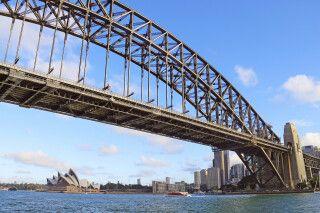 Blick durch die Harbour Bridge auf das Opernhaus in Sydney