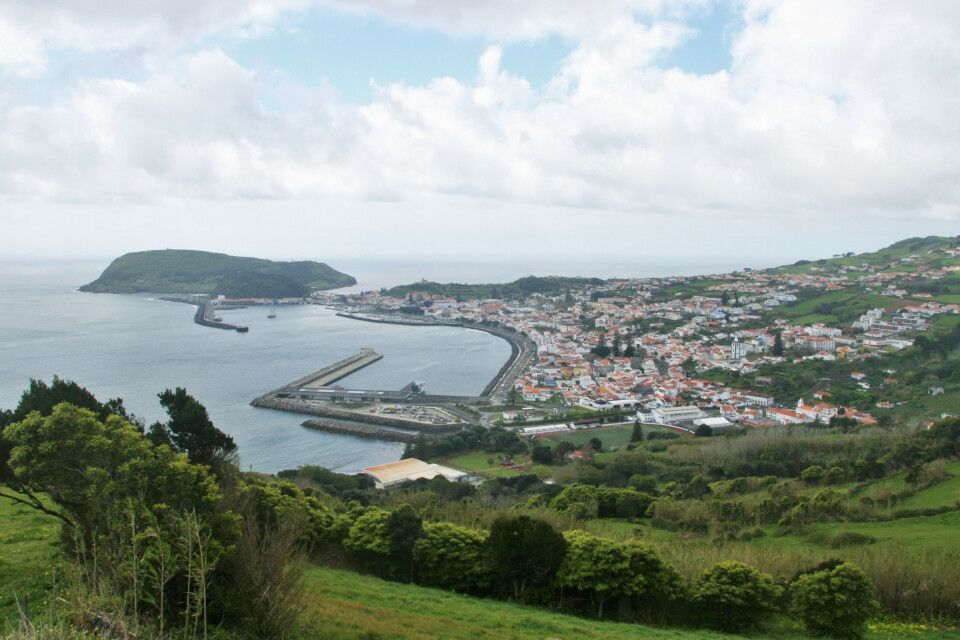 Blick auf den berühmten Segelhafen in Horta, Faial