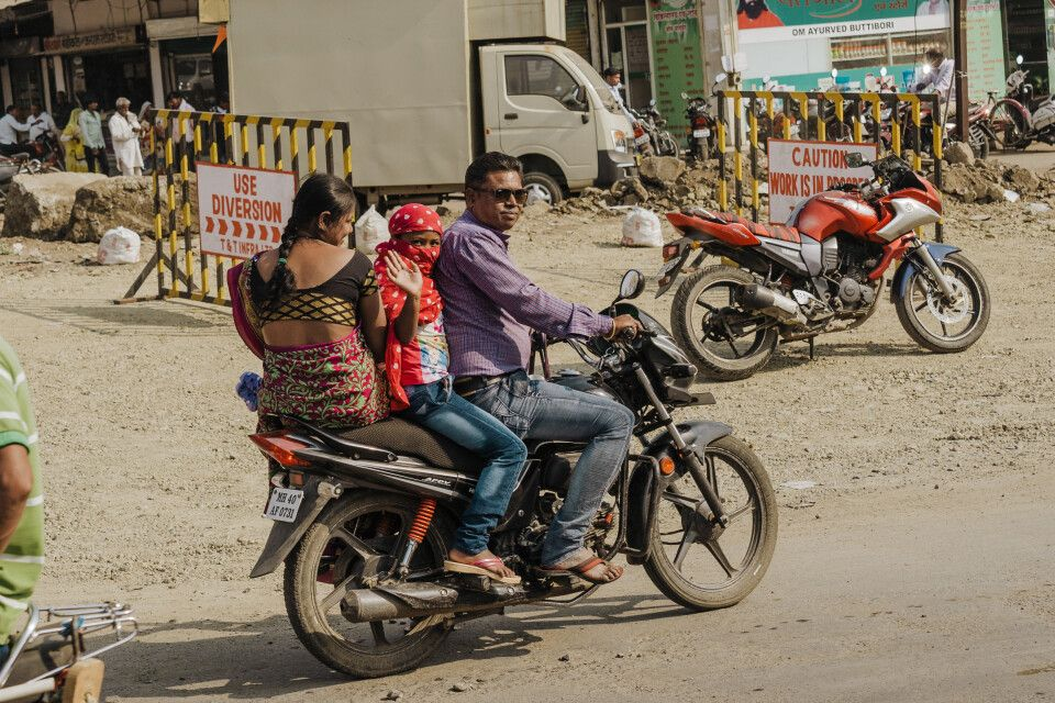 Familie im indischen Verkehr