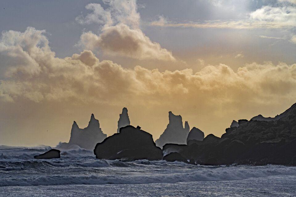 Die markanten Felsnadeln bei Vík