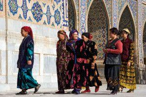 Frauen auf dem Weg zum Mittagsgebet am Registan