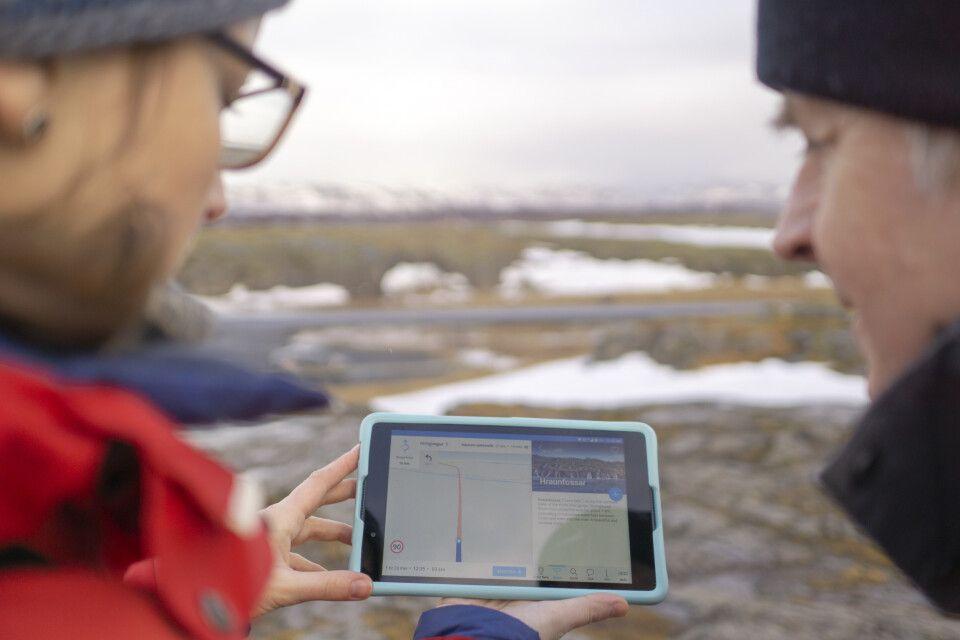 Mit dem Tablet auf der Suche nach den nächsten Stopps