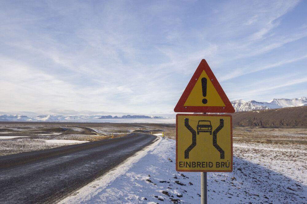 Einspurige Brücke auf Isländisch – Straßenschild an der Ringstraße