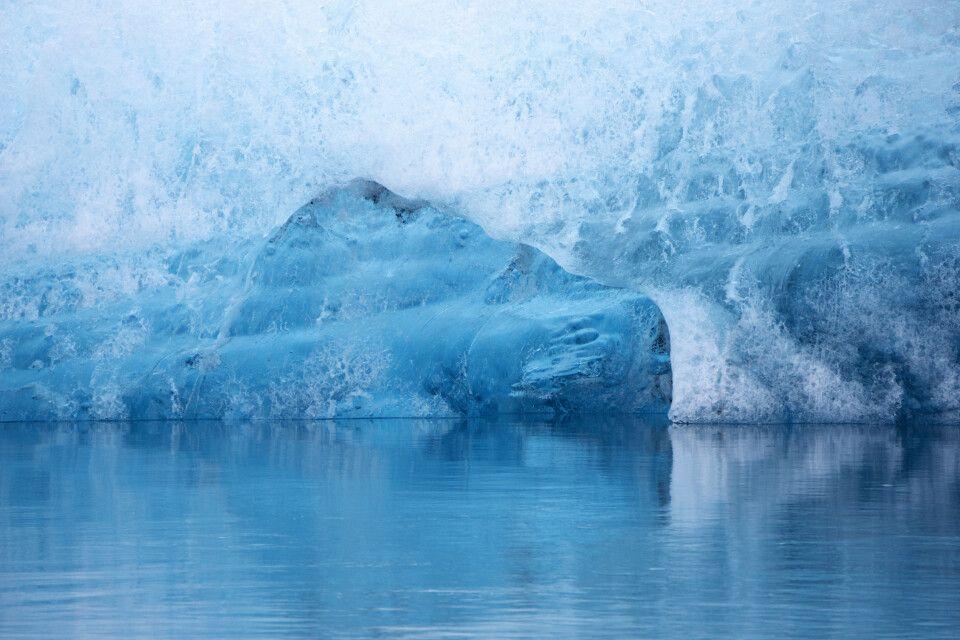 Eisdetail an einer Gletscherlagune