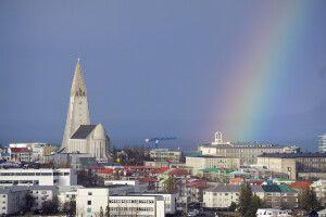 Reykjavík mit Regenbogen