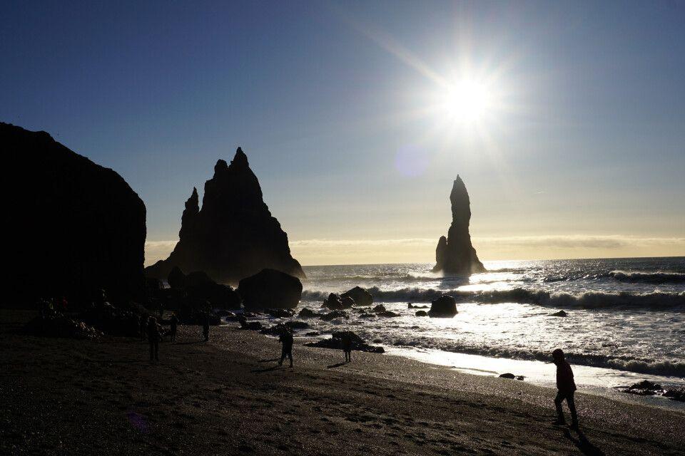 Die markanten Felsnadeln am Reynisfjara-Strand im Gegenlicht