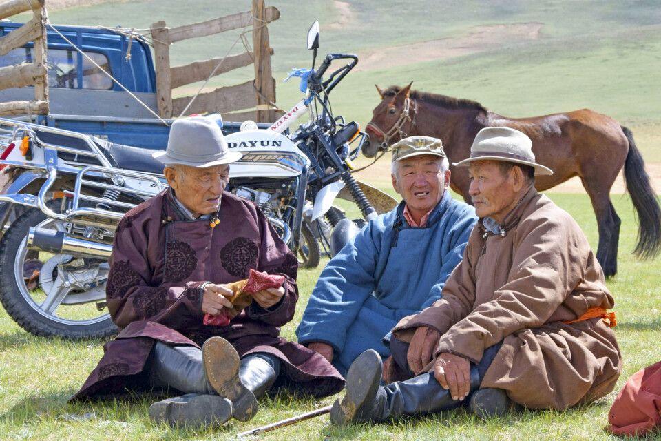 Am Rande des Festes sitzen die alten Herren bei einem Plausch zusammen