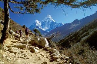 Everest-Trekking mit Ama Dablam im Hintergrund