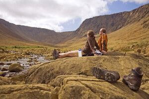 Wanderpause am Winterhouse Brook in den Tablelands des Gros-Morne-Nationalparks.