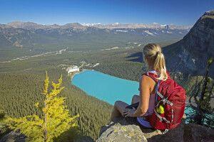 Wanderin blickt vom Little Beehive auf den Lake Louise