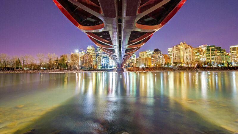 Abendlicher Blick von unter der Peace Bridge über den Bow River, Calgary © Diamir