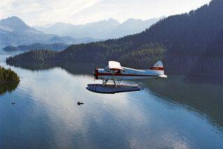 Wasserflugzeug über der Pazifikküste von Vancouver Island