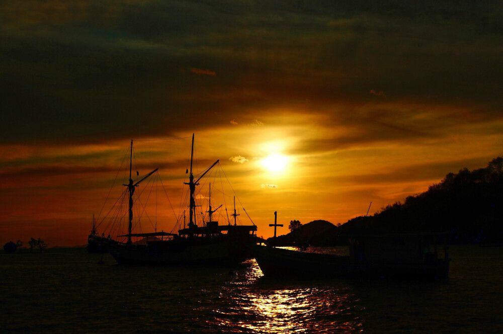 Schiffe im Sonnenuntergang am Ankerplatz bei den Flores Islands