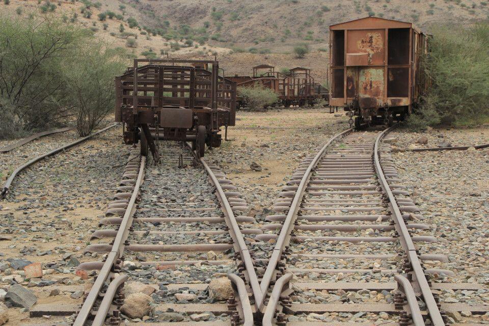 Ausrangierte Eisenbahnwagons bei Massawa