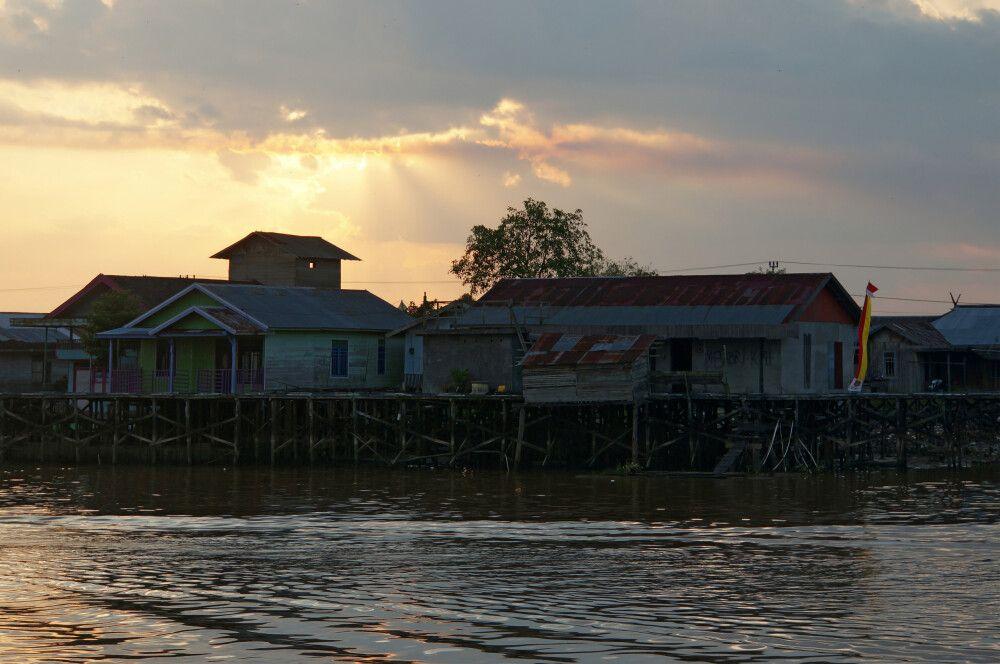 Stelzenhäuser im Hafenviertel von Pangkalan Bun
