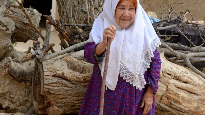 Frau in der Wüstenoase Garmeh © Diamir