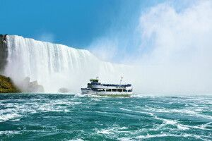 Maid of the Mist vor den Niagara-Fällen, New York / Kanada