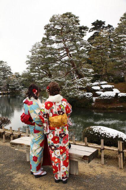 Japanerinnen im traditionellen Kimono bestaunen die Gartenkunst