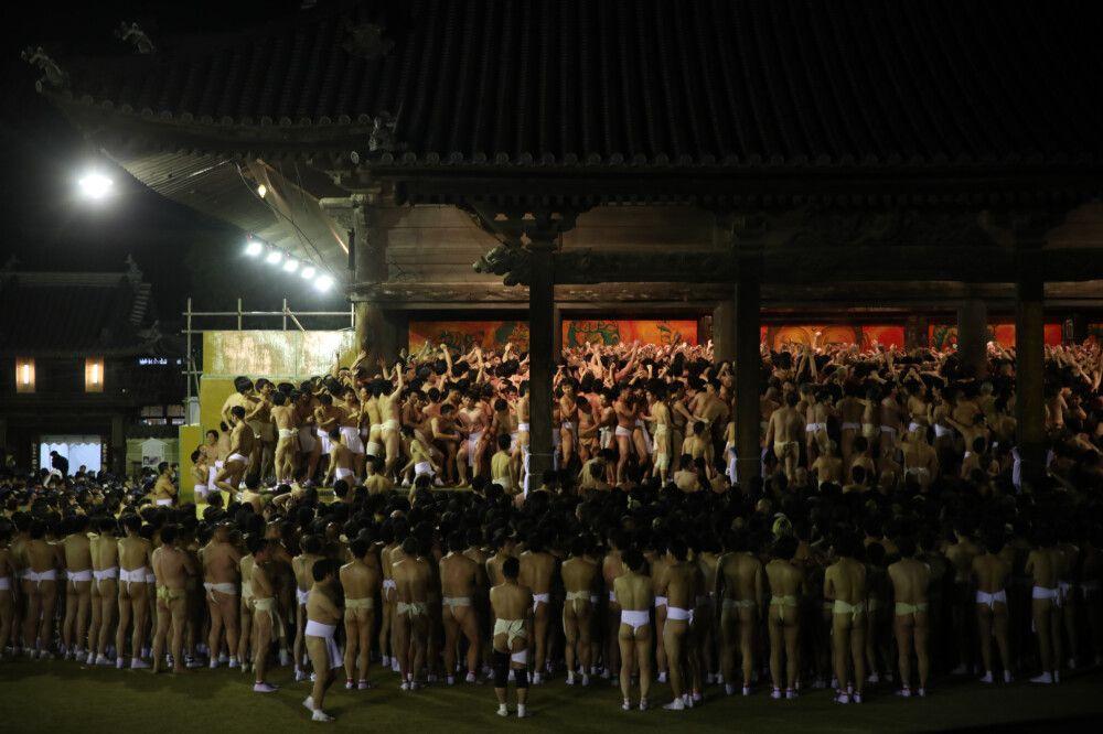 Beim Saidai-ji-Nacktfestival wetteifern bis zu 10.000 nur mit einem Lendenschurz bekleidete Männer um glücksverheißende STöcke