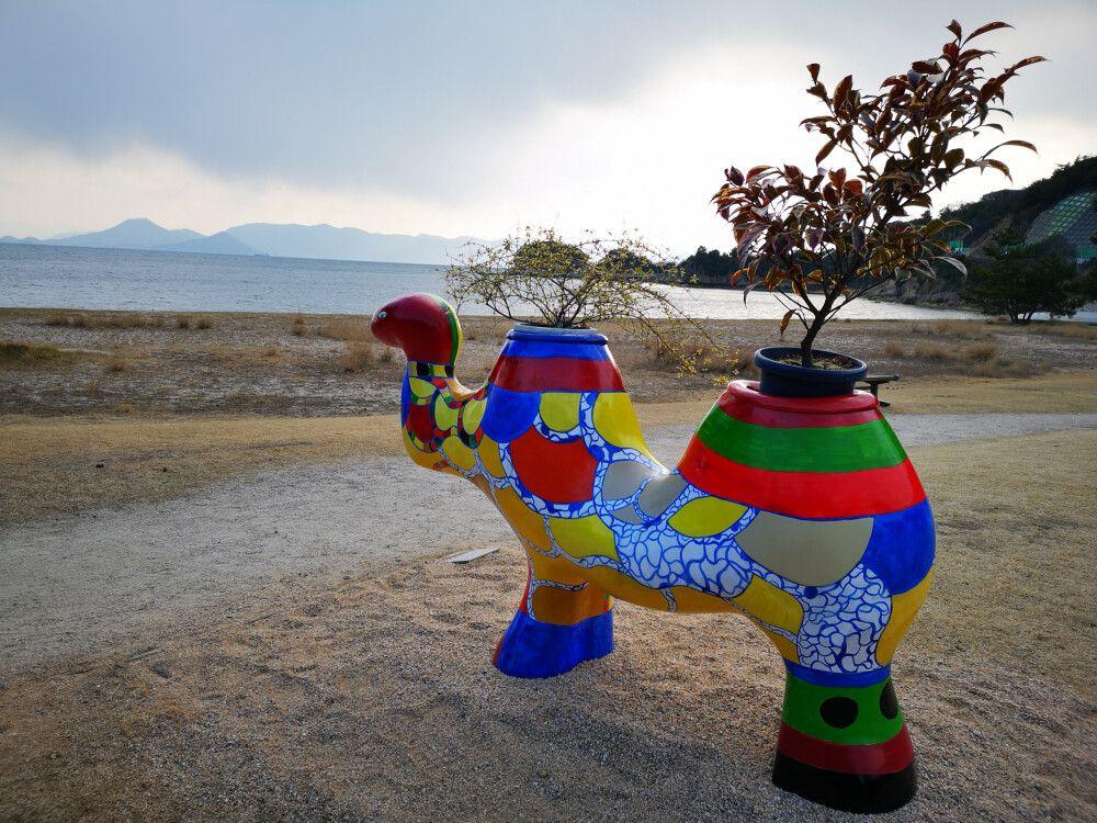 Interessante Exponate moderner Kunst auf der Kunstinsel Naoshima