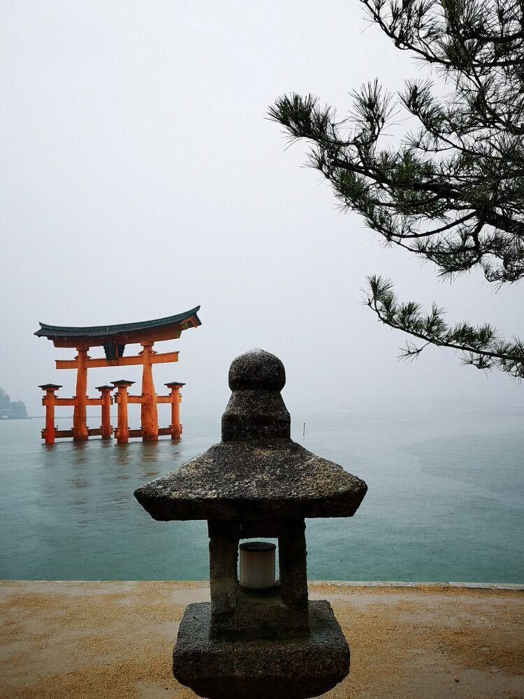 Ein Wahrzeichen Japans – das im seichten Wasser stehende orangefarbige Tor des Itsukushima-Schrein bei Flut