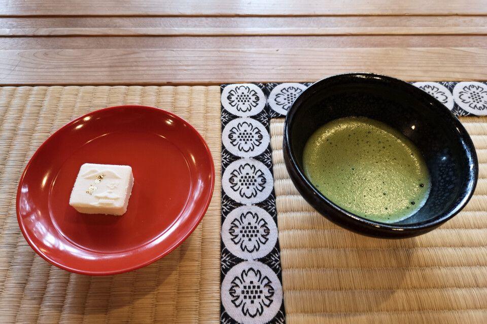Ästhetisch angerichteter Tee und japanische Süßigkeit während einer Teezeremonie