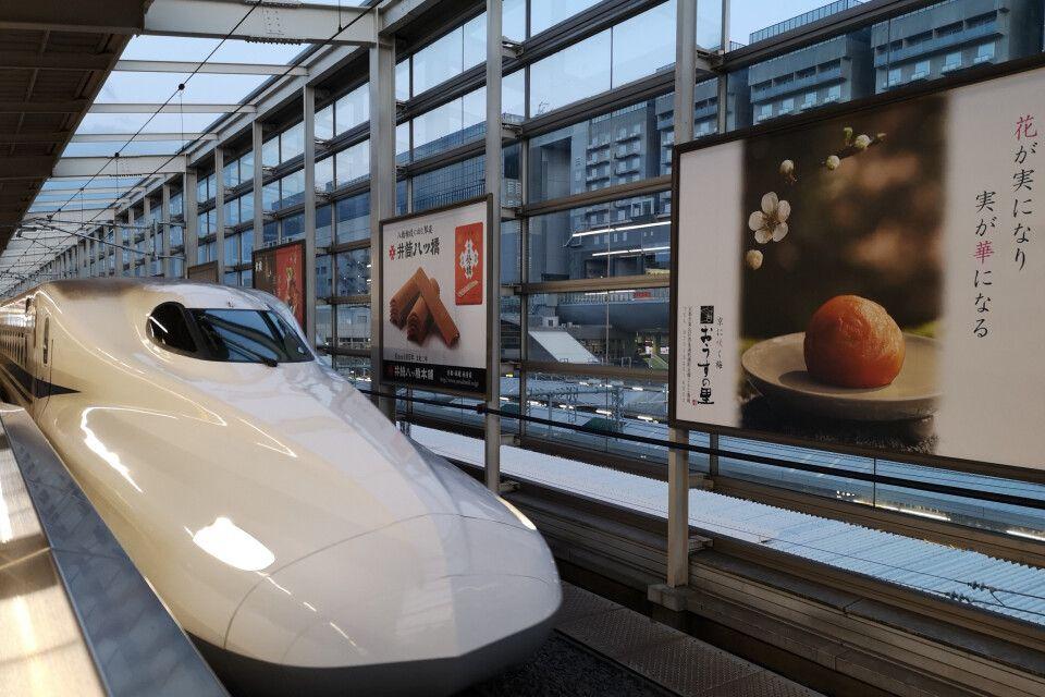 Shinkansen Superexpress fährt in den Bahnhof von Kyoto ein