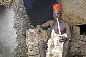 Priester und Orakel des Königs der Yom in Taneka