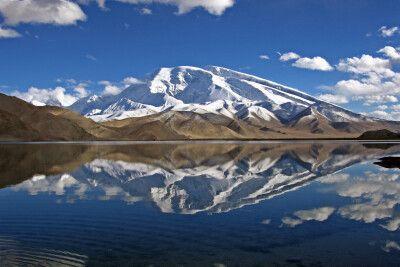 Blick vom Ufer des Karakol-See auf den Muztagh Ata