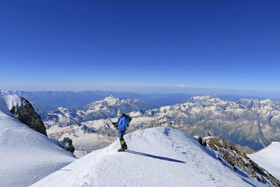 Ausblick vom Gipfel des Elbrus über den Kaukasus