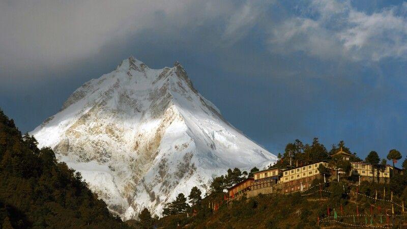Blick zum Manaslu (8163 m) mit Kloster Ribung © Diamir