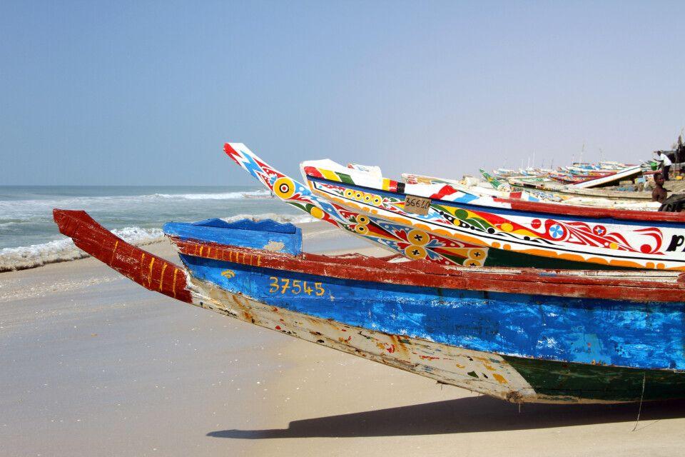 Bunte Fischerboote in Nouakchott
