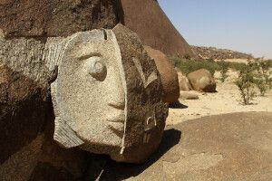 Felskunst am Fuß des Monolithen Beni Aicha