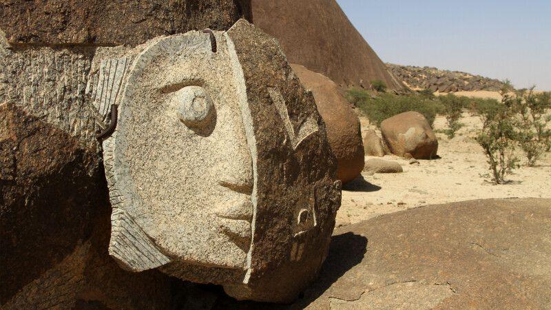 Felskunst am Fuß des Monolithen Beni Aicha © Diamir