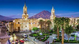 Abendstimmung über Arequipa mit dem Vulkan Misti im Hintergrund