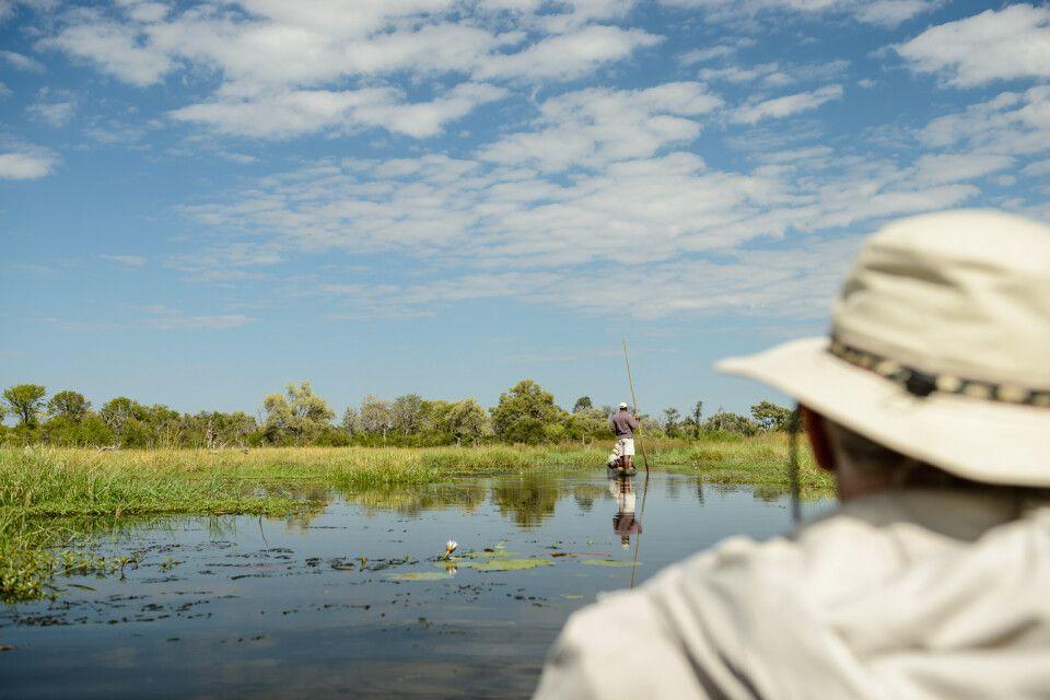 Unterwegs mit dem traditionellen Einbaum, dem Mokoro, in den Kanälen des Khwai River, Khwai Community Area, Okavango-Delta, Botswana
