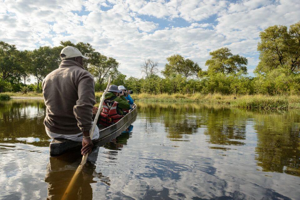 Mit dem Mokoro, dem traditionellen Einbaum, unterwegs in den Kanälen am Khwai River, Khwai Community Area, Okavango-Delta, Botswana