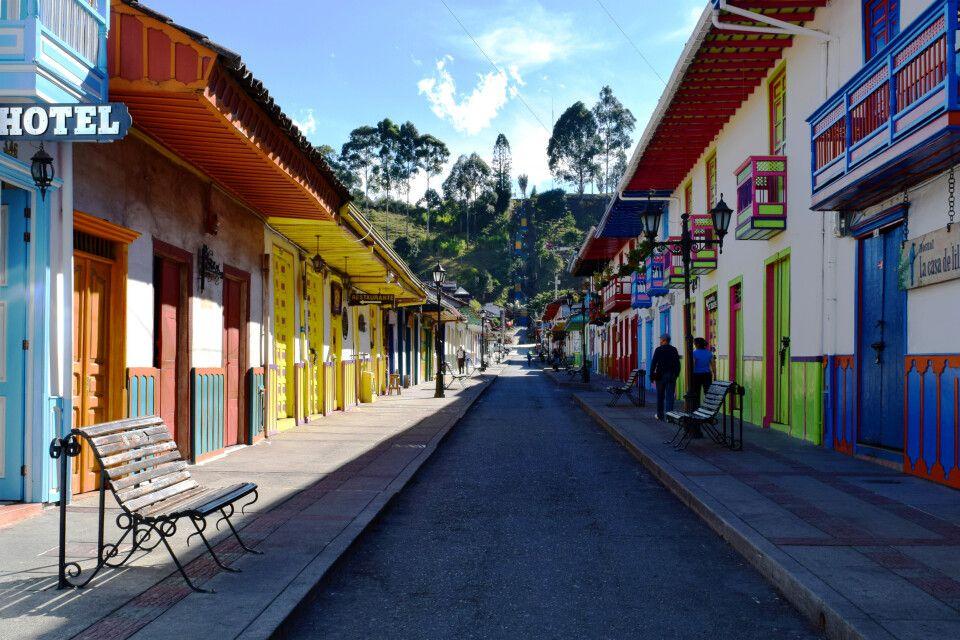 Pittoresker Straßenzug im kleinen Dorf Salento