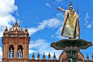 Inka-Herrscher Pachacutec vor der größten Katherdrale Südamerikas