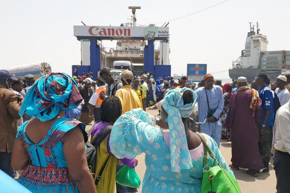 Warten auf die Fähre Banjul-Barra