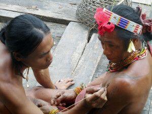 Mentawai beim Tätowieren