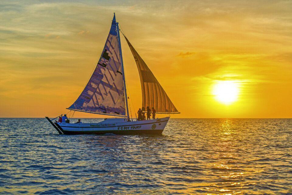 Mit dem Segelschiff dem Sonnenuntergang entgegen